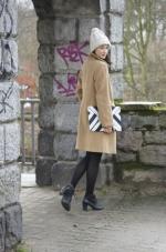 Camel Coat und Clutch