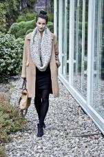 Camel Coat und selbstgestrickter Schal